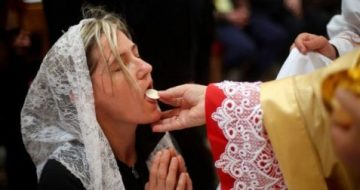 21 Doctors Tell Bishops Communion on Tongue 'Safer' Than in Hand